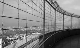 Vista di paesaggio urbano con alta costruzione nel centro Fotografie Stock