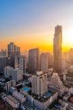 Vista di paesaggio urbano della costruzione moderna di affari dell'ufficio di Bangkok Fotografia Stock
