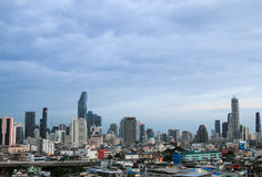 Vista di paesaggio urbano della costruzione moderna di affari dell'ufficio di Bangkok nella zona di affari a Bangkok Fotografia Stock