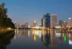 Vista di paesaggio urbano di Bangkok a penombra Immagini Stock