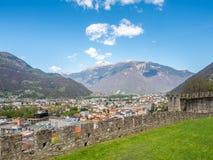 Vista di paesaggio urbano di Bellinzona e parete della roccia Immagine Stock