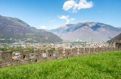 Vista di paesaggio urbano di Bellinzona e parete della roccia Fotografie Stock
