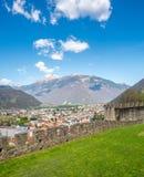 Vista di paesaggio urbano di Bellinzona e parete della roccia Fotografia Stock