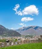 Vista di paesaggio urbano di Bellinzona e parete della roccia Immagini Stock Libere da Diritti