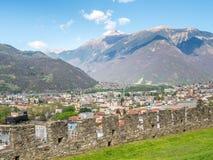 Vista di paesaggio urbano di Bellinzona e parete della roccia Fotografia Stock Libera da Diritti