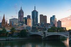 Vista di paesaggio urbano di Melbourne CBD con principi Bridge sul foregrou Fotografia Stock Libera da Diritti