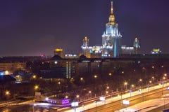 Vista di paesaggio urbano di notte di Mosca Vista dal tetto alla costruzione principale di MSU fotografia stock