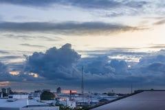 Vista di paesaggio urbano e fondo di penombra Fotografia Stock Libera da Diritti