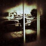 Vista di paesaggio urbano nella finestra del negozio Immagini Stock