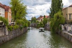 Vista di paesaggio urbano sul fiume di Ljubljanica nella vecchia città di Transferrina Immagini Stock