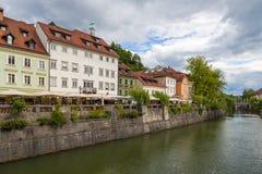 Vista di paesaggio urbano sul fiume di Ljubljanica nella vecchia città di Transferrina Immagine Stock