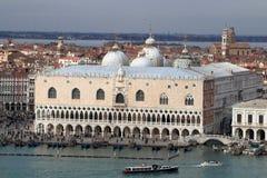 Vista di Palazzo Ducale dalla cima del belltower della chiesa di San Giorgio Maggiore fotografia stock libera da diritti