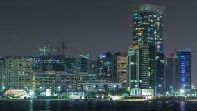 Vista di panorama di Abu Dhabi Skyline e del lungonmare al timelapse di notte, Emirati Arabi Uniti video d archivio