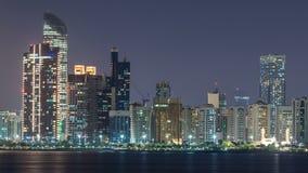 Vista di panorama di Abu Dhabi Skyline e del lungonmare al timelapse di notte, Emirati Arabi Uniti archivi video