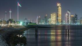Vista di panorama di Abu Dhabi Skyline e del lungonmare al timelapse di notte, Emirati Arabi Uniti stock footage