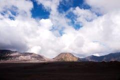 Vista di panorama al piede sabbioso del supporto Bromo del vulcano attivo nelle prime ore del mattino al parco nazionale di Tengg Immagine Stock Libera da Diritti