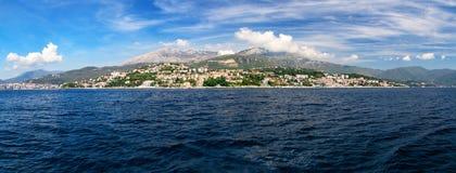 Vista di panorama alla città ed all'alta montagna di Castelnuovo Fotografie Stock