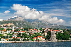 Vista di panorama alla città ed all'alta montagna di Castelnuovo Immagini Stock