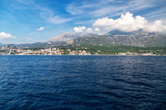 Vista di panorama alla città ed all'alta montagna di Castelnuovo Fotografia Stock