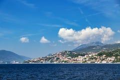 Vista di panorama alla città ed all'alta montagna di Castelnuovo Immagini Stock Libere da Diritti