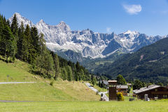 Vista di panorama alle montagne di Dachstein dell'austriaco Fotografia Stock