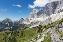 Vista di panorama alle montagne di Dachstein dell'austriaco Fotografie Stock Libere da Diritti