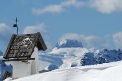 Vista di panorama con la piccola chiesa bianca a Passo Falzarego con Marmolada nel fondo, Trentino, dolomia Fotografia Stock Libera da Diritti