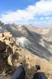 Vista di panorama con le gambe, gli stivali alpini, la montagna Grossvenediger ed i ghiacciai, alpi di Hohe Tauern, Austria Immagine Stock Libera da Diritti