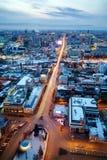 Vista di panorama da Ekaterinburg nella sera che costruisce Vysotsky 2 Immagini Stock Libere da Diritti