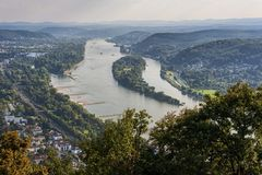 Vista di panorama dal Drachenburg/Drachenfelsen al fiume il Reno e Renania, Bonn, Germania immagine stock