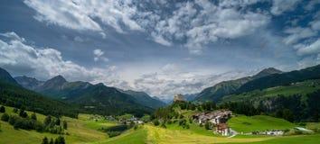 Vista di panorama del castello e del villaggio di Tarasp Immagine Stock Libera da Diritti