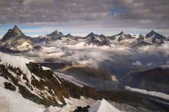 Vista di panorama del Cervino e di altre montagne all'alba nelle alpi svizzere vicino a Zermatt Immagini Stock