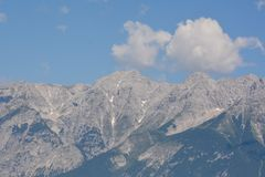 Vista di panorama del fondo dei picchi delle alpi Fotografie Stock