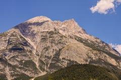 Vista di panorama del fondo dei picchi delle alpi Immagini Stock