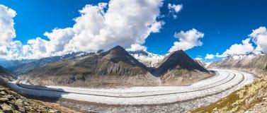 Vista di panorama del ghiacciaio di Aletsch sulle montagne Immagini Stock
