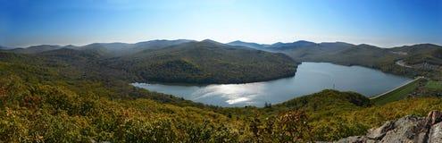 Vista di panorama del lago di autunno Immagine Stock