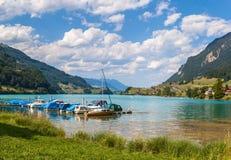 Vista di panorama del lago Lungern in alpi svizzere Immagini Stock