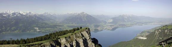 Vista di panorama del lago Thun e delle alpi di Bernese Immagine Stock Libera da Diritti
