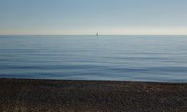 Vista di panorama del mare con una barca sola Fotografia Stock