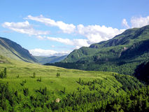 Vista di panorama del paesaggio del campo sulla montagna Immagini Stock Libere da Diritti