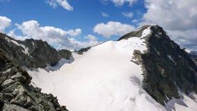 Vista di panorama del paesaggio della montagna con Piz Tschierva nelle alpi svizzere un bello giorno di estate Fotografia Stock
