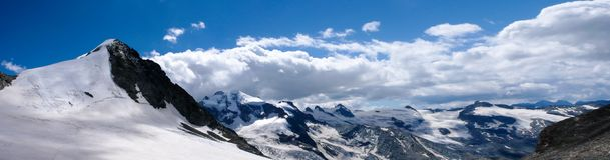 Vista di panorama del paesaggio della montagna con Piz Tschierva nelle alpi svizzere un bello giorno di estate Fotografie Stock