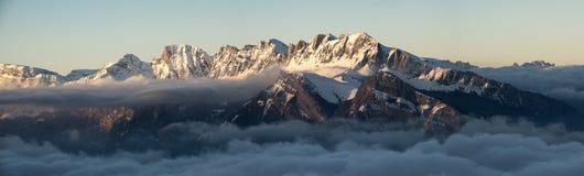 Vista di panorama del paesaggio della montagna di inverno nelle alpi svizzere Fotografia Stock
