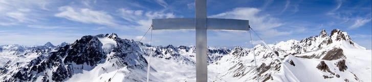 Vista di panorama del paesaggio della montagna di inverno nelle alpi svizzere con un incrocio della sommità nel mezzo Fotografie Stock