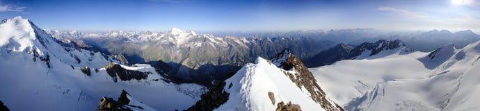 Vista di panorama del paesaggio della montagna di inverno nelle alpi svizzere vicino a Klosters Immagine Stock Libera da Diritti