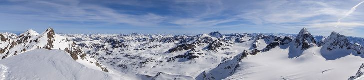 Vista di panorama del paesaggio della montagna di inverno nelle alpi svizzere vicino a Klosters Fotografia Stock