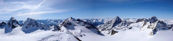 Vista di panorama del paesaggio della montagna di inverno nelle alpi svizzere vicino a Klosters Fotografie Stock Libere da Diritti