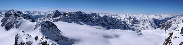 Vista di panorama del paesaggio della montagna di inverno nelle alpi svizzere vicino a Klosters Immagine Stock