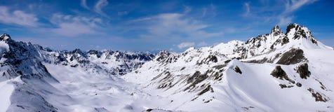 Vista di panorama del paesaggio della montagna di inverno nelle alpi svizzere vicino a Scuol Fotografia Stock Libera da Diritti