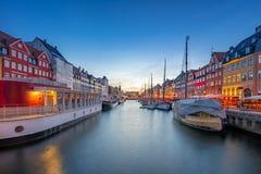 Vista di panorama del punto di riferimento di Nyhavn nella città di Copenhaghen, Danimarca fotografia stock